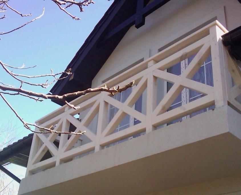 Balustrada balkonowa z jasnego drewna