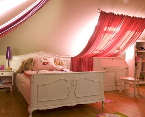 Uroczy pokoik dla dziewczynki. Cukierkowy róż orzeźwiają dodatki w kolorze soczystej zieleni.