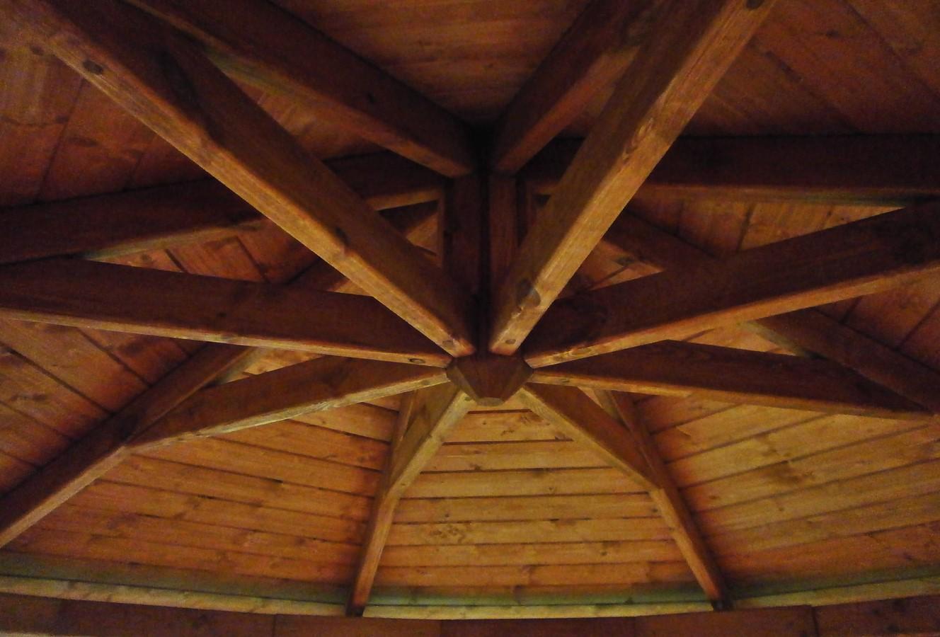 Drewniana altana ogrodowa. Widok konstrukcji dachowej od spodu.