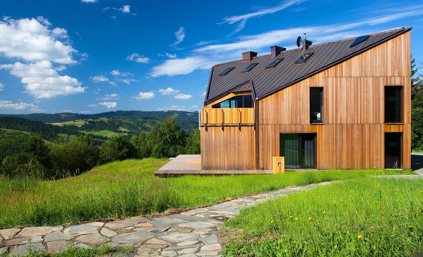 nowoczesny drewniany dom położony na wzgórzach