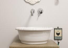 Łazienka z nablatową umywalką