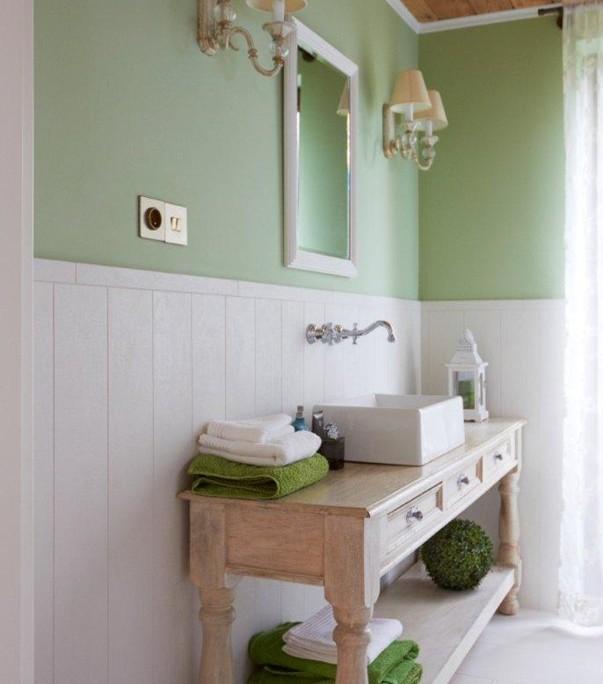 Łazienka z bielonymi meblami