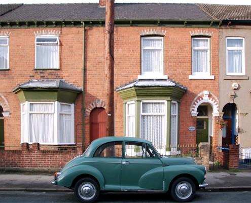 Na tle typowej brytyjskiej zabudowy uwieczniono zabytek motoryzacji...