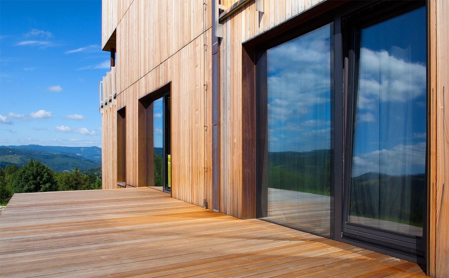 Drewniany taras nowoczesnego domu - HomeSquare