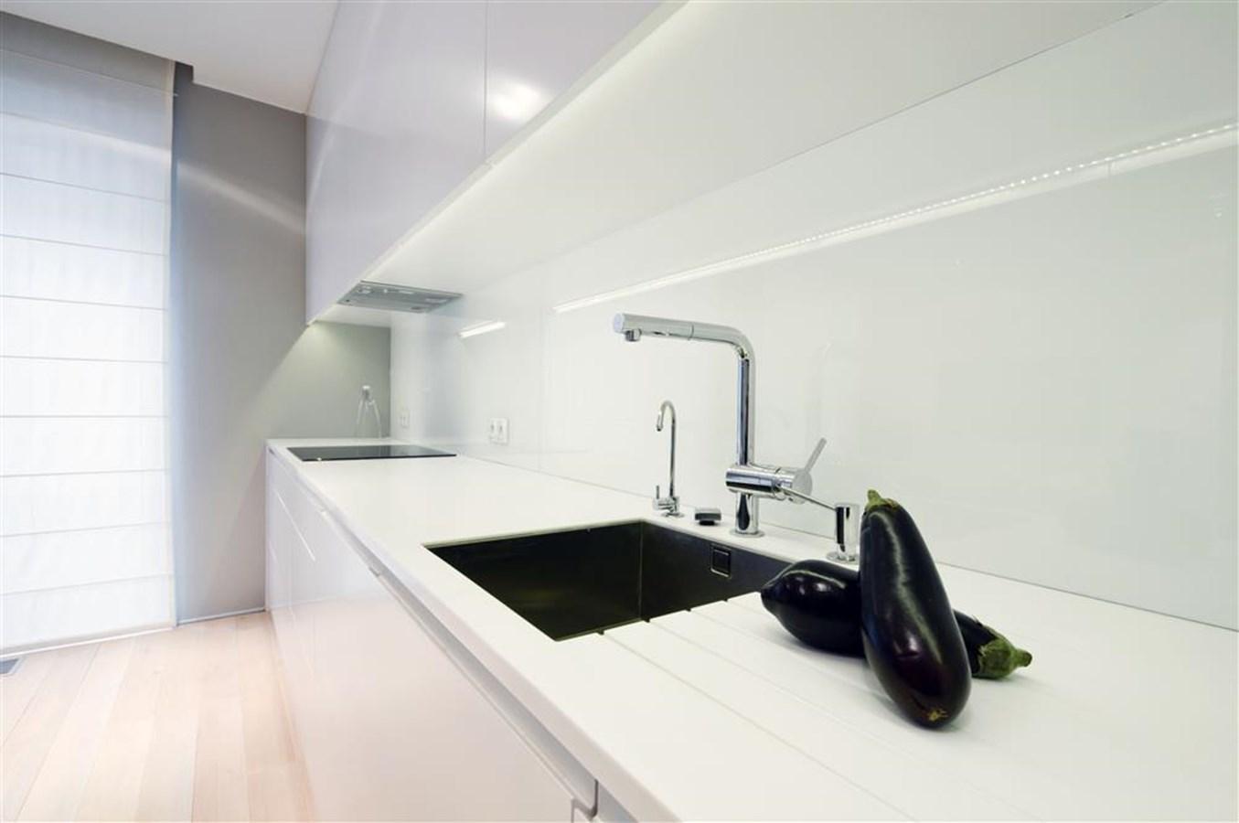 Otwarta kuchnia w bieli hola design homesquare - Projekt Modernistycznej Kuchni