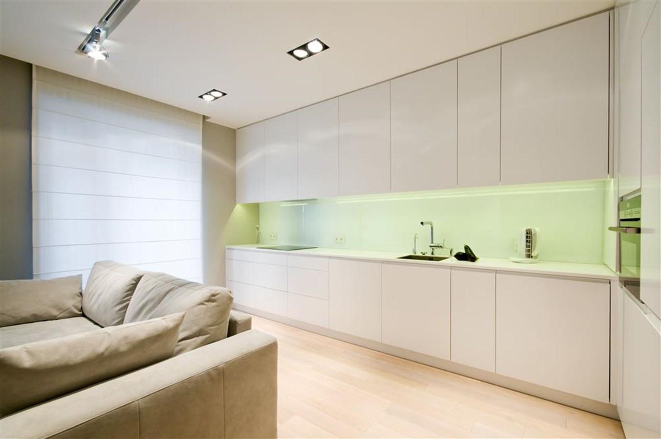 Biały salon połączony z kuchnią i jadalnią HomeSquare -> Kuchnie W Salonie