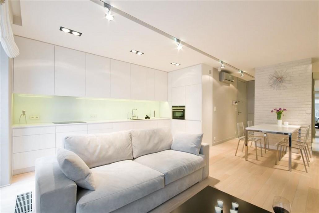 Projekt białej kuchni w salonie