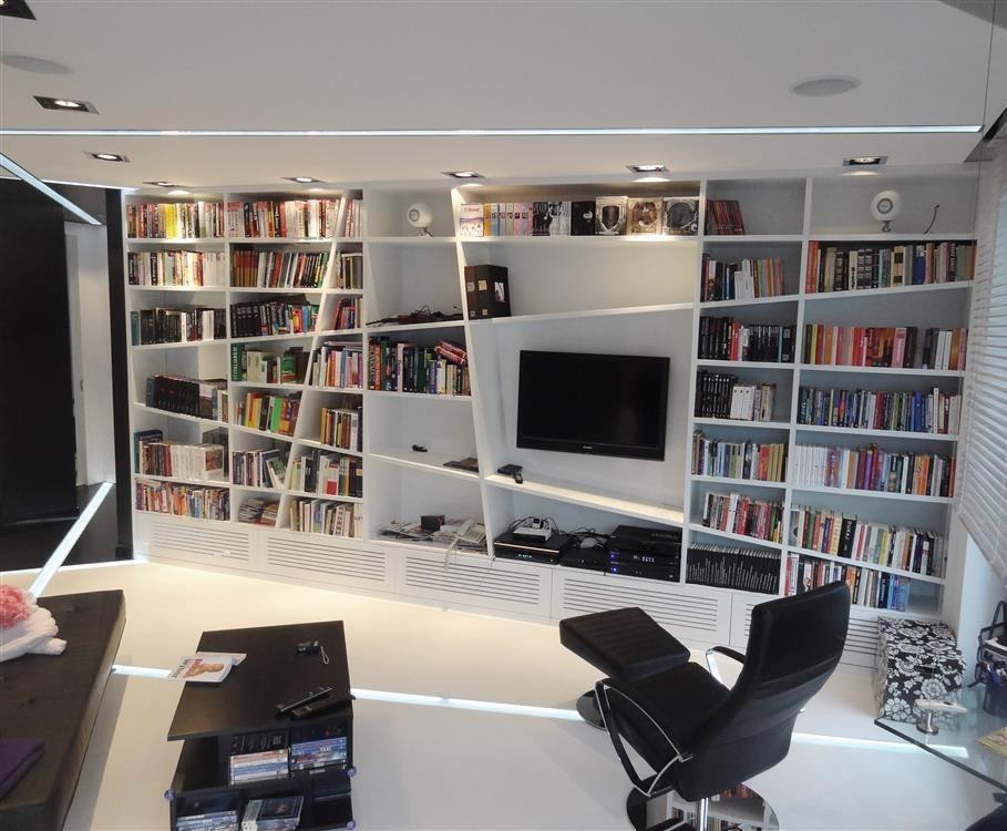 salon z asymetryczną biblioteką