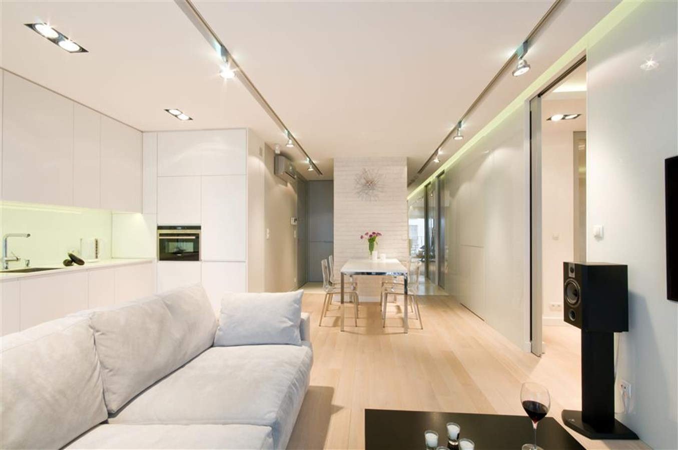 Otwarta kuchnia w bieli hola design homesquare - Salon Po Czony Z Kuchni I Jadalni
