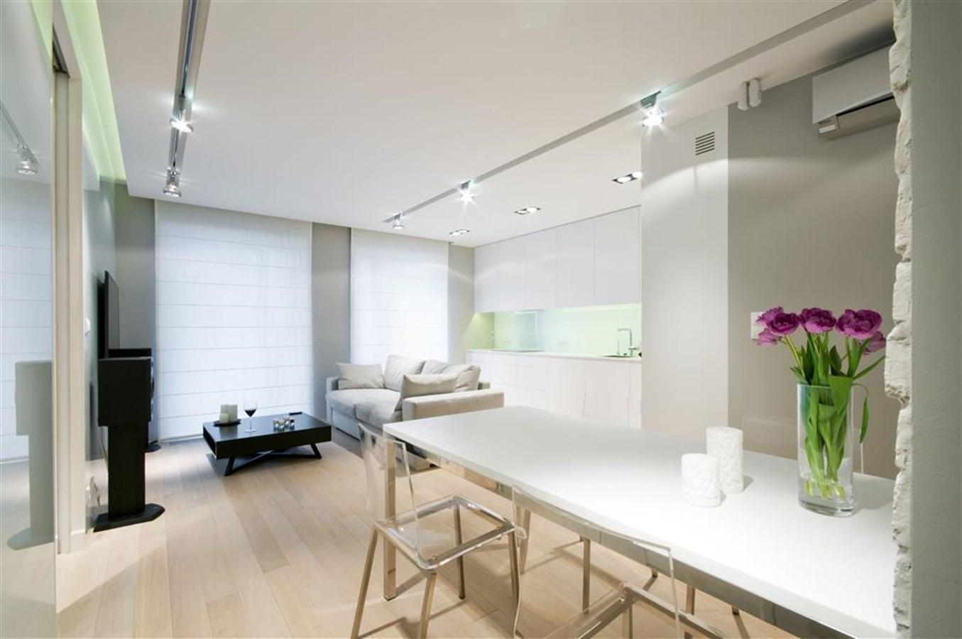 Biały salon połączony z kuchnią i jadalnią HomeSquare -> Kuchnia Poddasze Salon Sypialnia