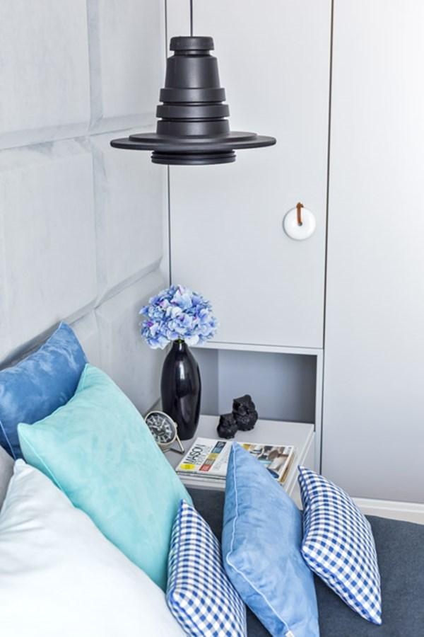 Sypialnia z niebieskimi dodatkami