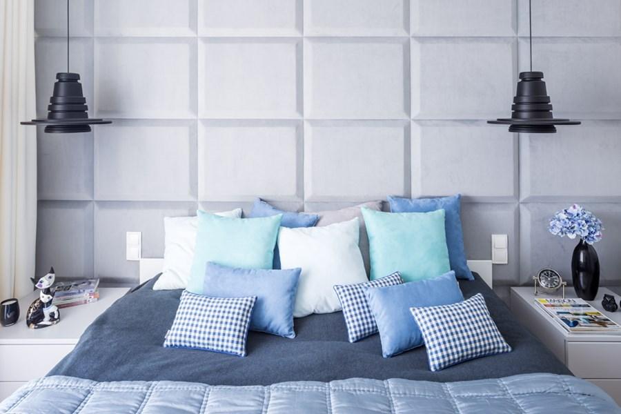 Sypialnia z niebieskimi dodatkami -poduchy i poduszki dekoracyjne