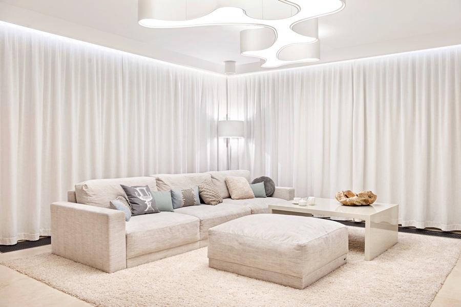 Nowoczesny salon w jasnych barwach - poduchy i poduszki