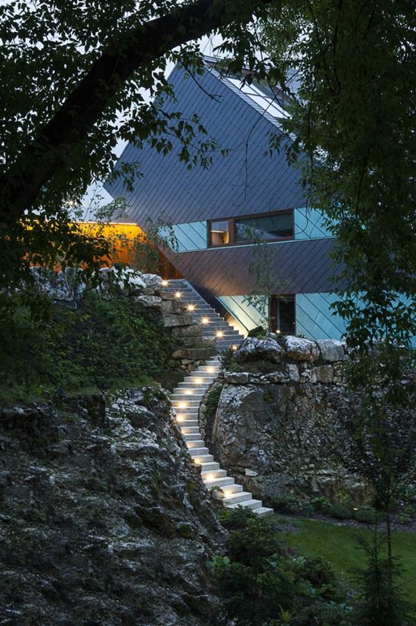 Betonowe schody osadzone na skale