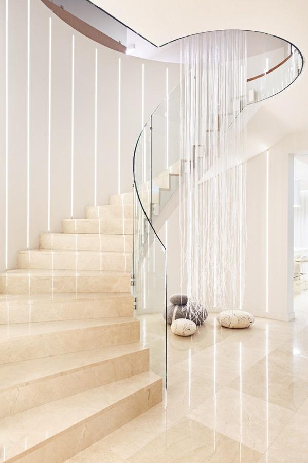 Spiralna klatka schodowa ze szklanymi balustradami