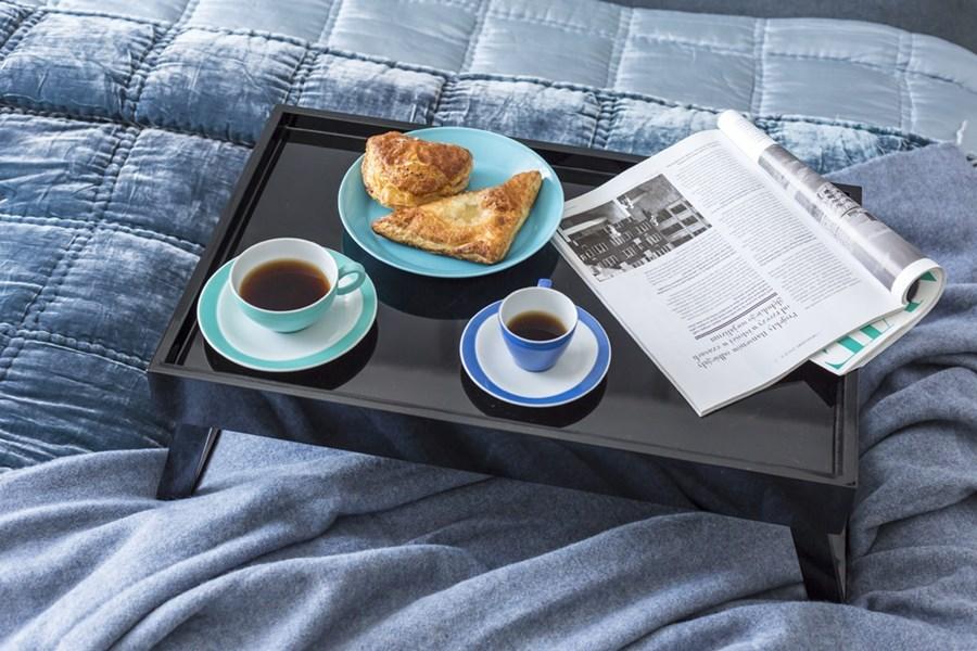 Elegancki stolik do łóżka