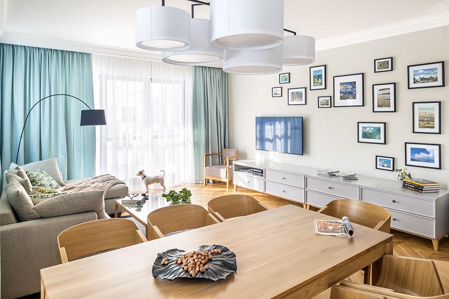 Ponadczasowy jasny salon - drewno w salonie