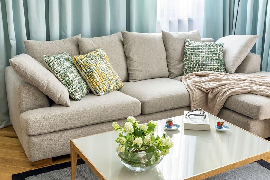 Kącik wypoczynkowy w nowoczesnym salonie - poduchy i poduszki