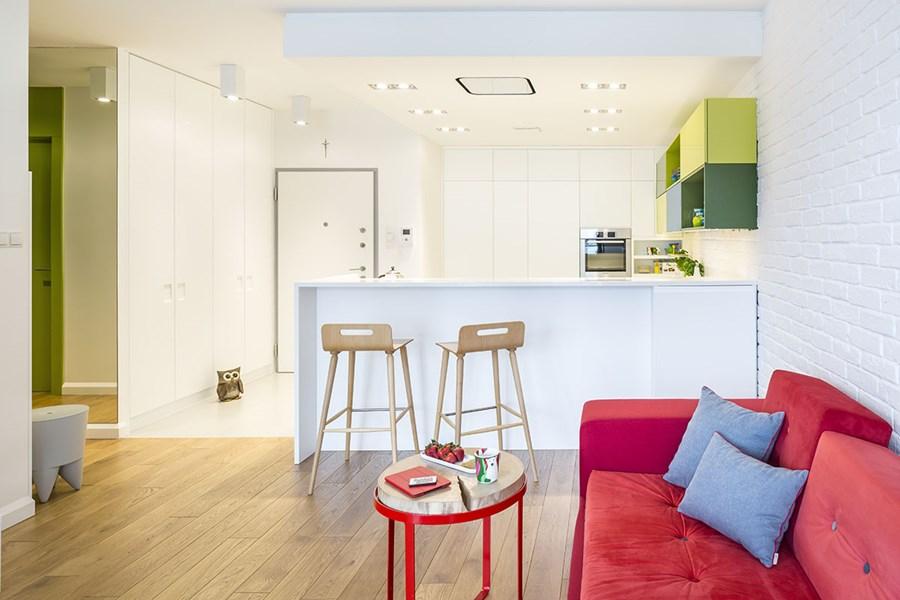 Biała kuchnia z mocnym akcentem zieleni  Architektura, wnętrza, technologia,