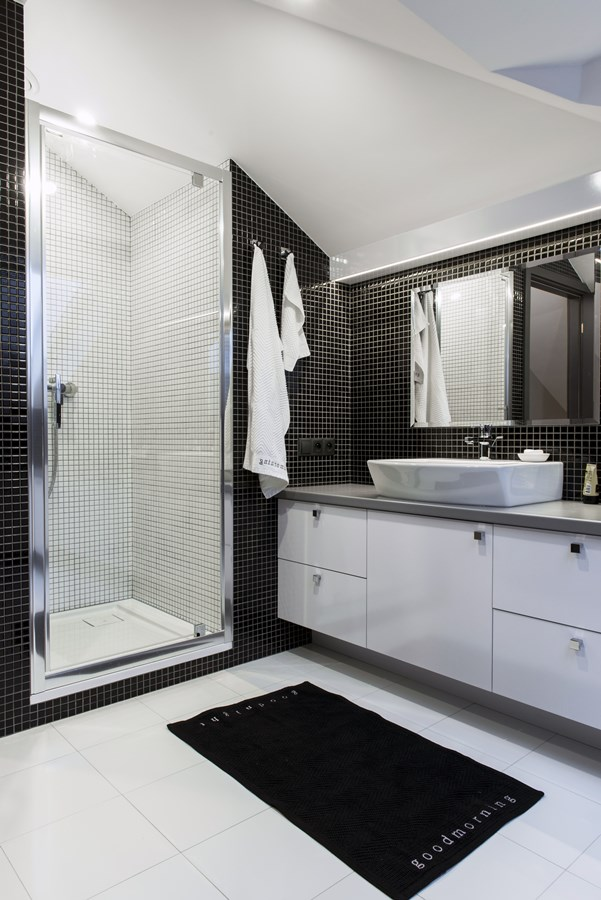 Biało-czarna łazienka na poddaszu