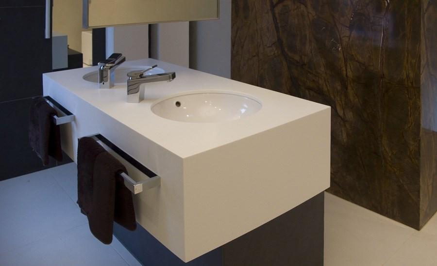 Umywalka wolnostojąca w nowoczesnej łazience