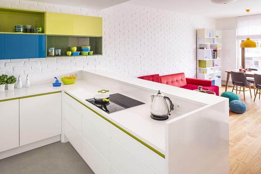 Zieleń w kuchni - kuchnia z salonem