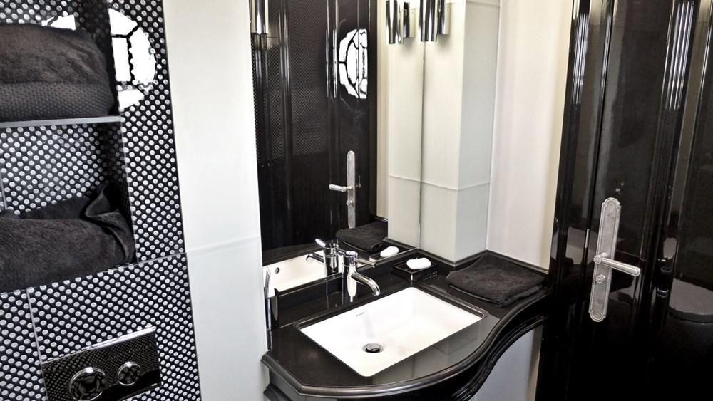 Biało-czarna łazienka w nowoczesnym stylu - Architektura, wnętrza, technologia, design - HomeSquare