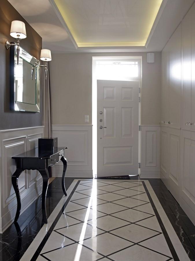 klasyczny korytarz w w jasnych barwach inspiracja
