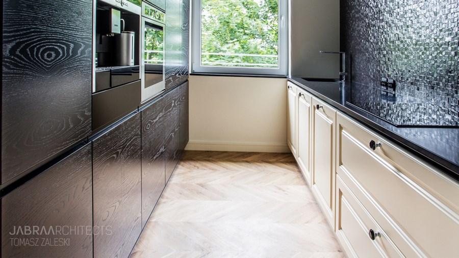 Wąska kuchnia w drewnie i mozaice  Architektura, wnętrza