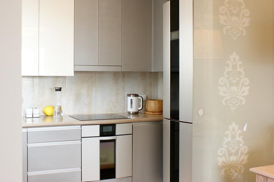 Niewielka kuchnia w szarościach  Architektura, wnętrza, technologia, design   -> Kuchnia Polowa Ang