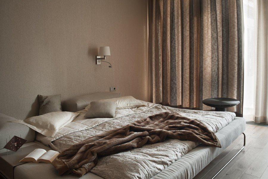 Beżowa sypialnia z przeszkloną garderobą - Architektura, wnętrza, technologia, design - HomeSquare