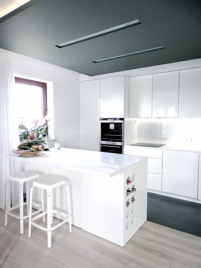 Biała kuchnia z barkiem  Architektura, wnętrza