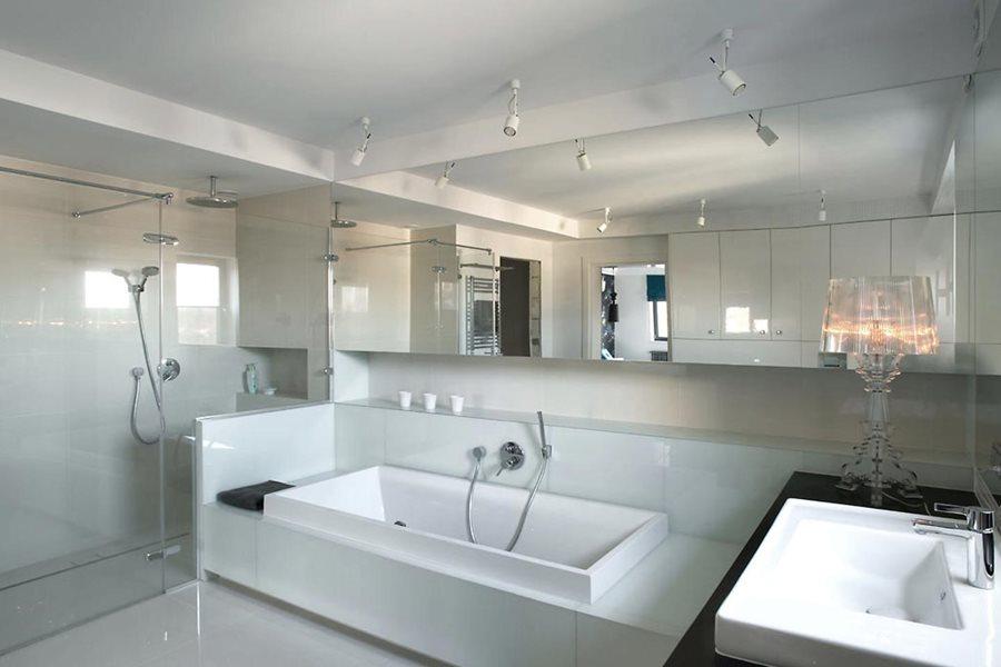 Nowoczesna łazienka w bieli - Architektura, wnętrza, technologia, design - HomeSquare