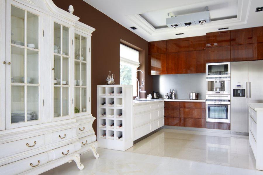 Drewno na wysoki połysk w kuchni  Architektura, wnętrza, technologia, design