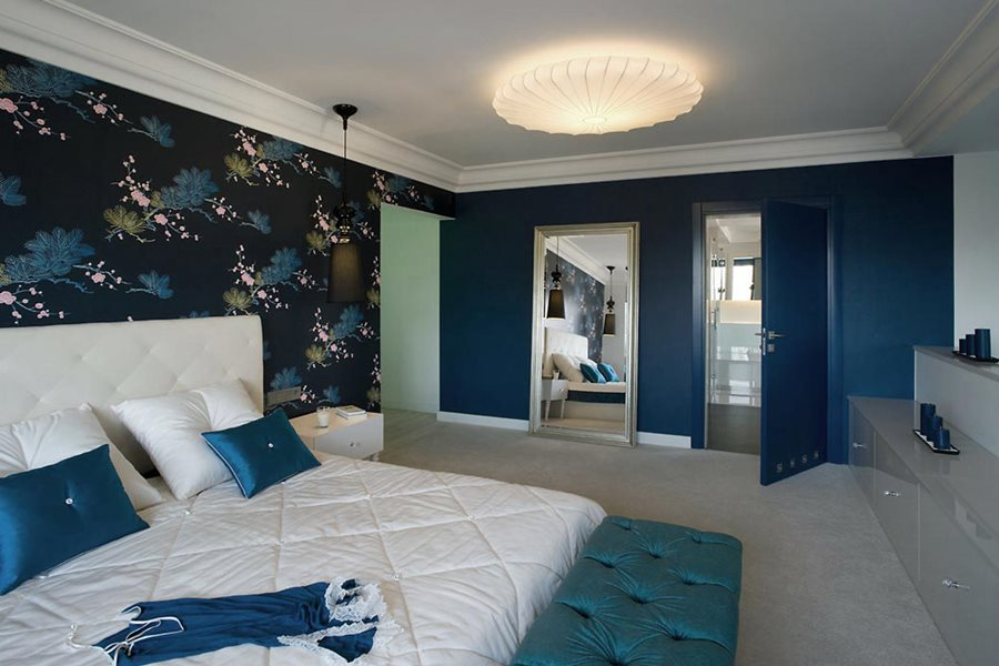 Niebieska sypialnia przełamana bielą - Architektura, wnętrza, technologia, design - HomeSquare