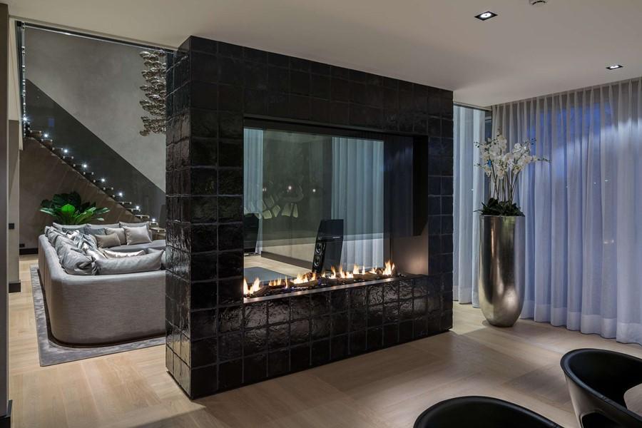 Wykończenie ścianki działowej czarnymi płytkami luksusowe wnętrza Robert Kolenik