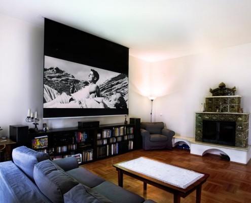 Domowa sala projekcyjna w eklektycznym salonie