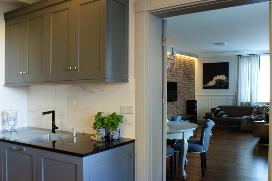 Szare meble kuchenne w stylu modern classic  Architektura   -> Kuchnia Meble Szare