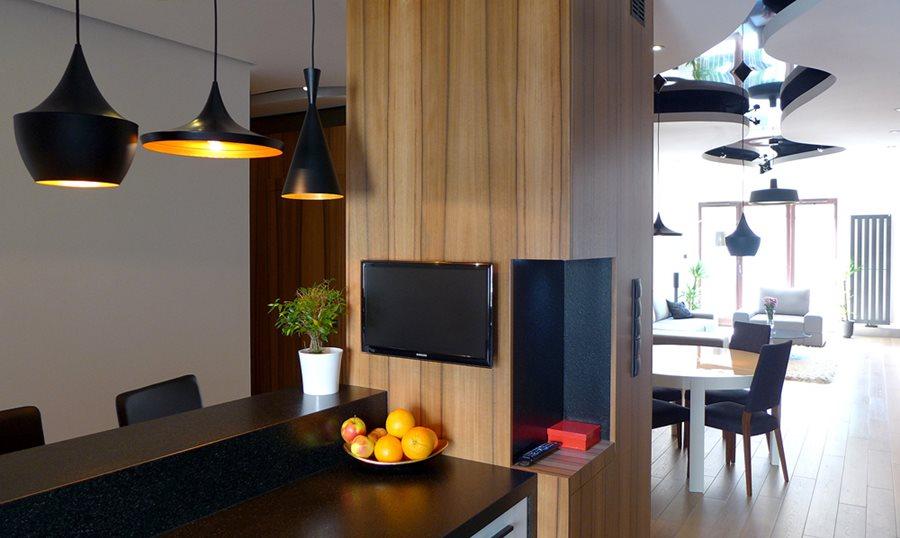 Aranżacja nowoczesnej kuchni w drewnie  Architektura, wnętrza, technologia,   -> Kuchnia Nowoczesna Czarna Z Drewnem