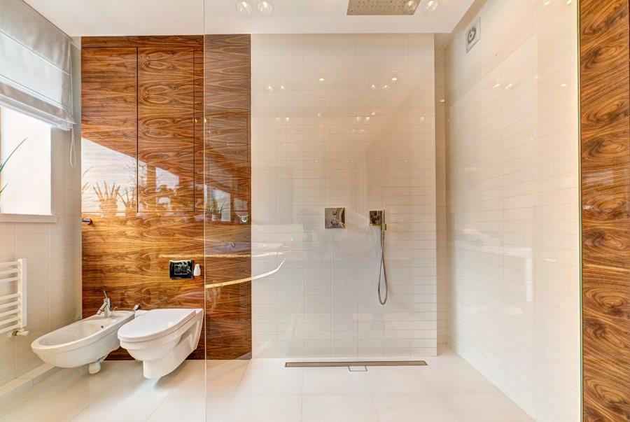 Łazienka w bieli i brązie - prysznic w łazience