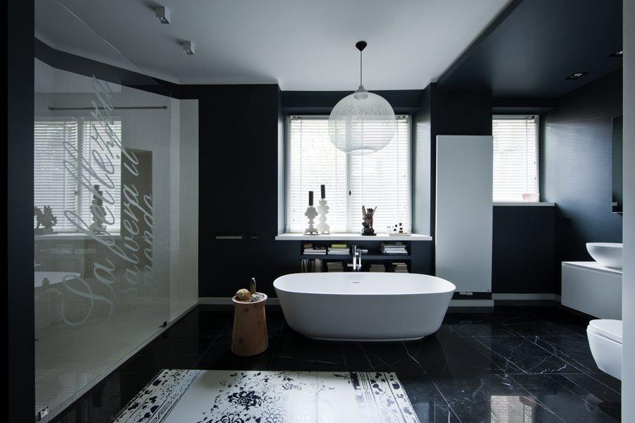 Łazienka w czerni przełamanej bielą