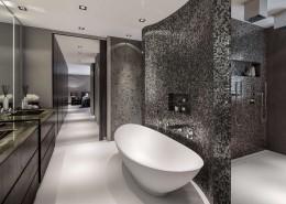 Nowoczesna łazienka ze srebrną mozaiką