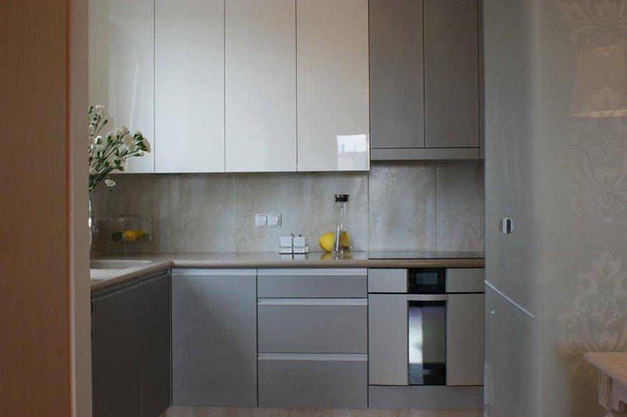 Niewielka kuchnia w szarościach  Architektura, wnętrza   -> Kuchnia Na Wymiar Mala