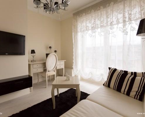 Niewielki salon w czerni i bieli