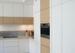 Minimalistyczna kuchnia w bieli