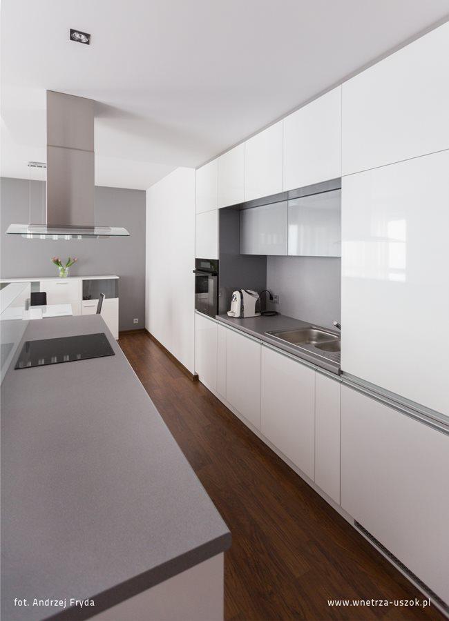 Minimalistyczna kuchnia z małą jadalnią  Architektura, wnętrza, technologia,