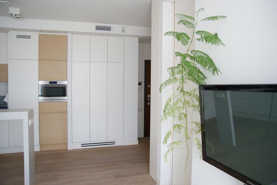 Minimalistyczna kuchnia w bieli  Architektura, wnętrza, technologia, design