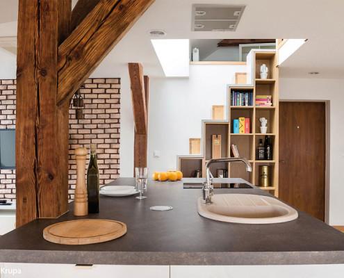 Salon z kuchnią na poddaszu