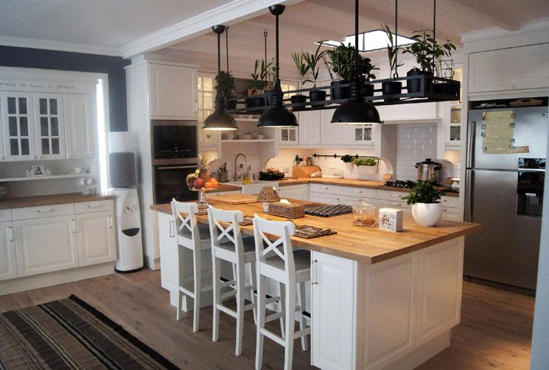 Biała kuchnia z wyspą  Architektura, wnętrza, technologia, design  HomeSquare -> Kuchnia Rustykalna Z Wyspą