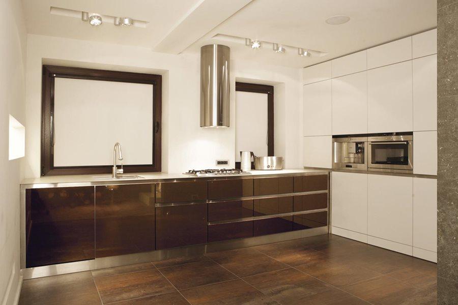 Aranżacja białej kuchni przełamanej brązem  Architektura